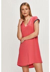 Pepe Jeans - Sukienka Lucrezia. Okazja: na co dzień. Kolor: różowy. Materiał: dzianina. Długość rękawa: krótki rękaw. Wzór: gładki. Typ sukienki: proste. Styl: casual