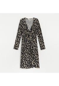 Reserved - Kopertowa sukienka w kwiaty - Wielobarwny. Wzór: kwiaty. Typ sukienki: kopertowe