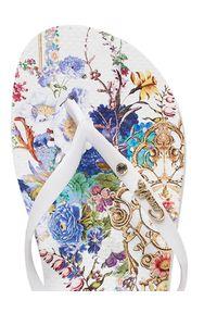 Camilla - CAMILLA - Japonki By The Meadow. Kolor: biały. Materiał: materiał, guma. Wzór: kwiaty, aplikacja, paski, nadruk