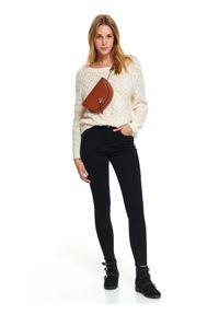 Biały sweter TOP SECRET z okrągłym kołnierzem, krótki, w kolorowe wzory