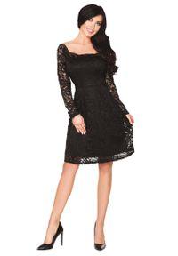 Merribel - Czarna Rozkloszowana Sukienka z Koronki z Pięknym Dekoltem. Kolor: czarny. Materiał: koronka. Wzór: koronka