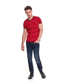 TOP SECRET - T-shirt ze świątecznym nadrukiem. Okazja: na co dzień. Kolor: czerwony. Materiał: bawełna. Długość rękawa: krótki rękaw. Długość: krótkie. Wzór: nadruk. Sezon: zima. Styl: wizytowy