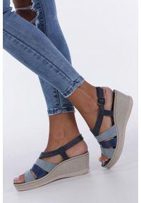 Casu - Granatowe sandały na koturnie z odkrytymi palcami casu f19x2/n. Nosek buta: otwarty. Kolor: niebieski. Obcas: na koturnie