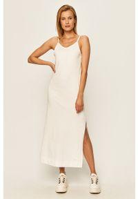 Nike Sportswear - Sukienka. Okazja: na co dzień. Kolor: biały. Materiał: dzianina. Długość rękawa: na ramiączkach. Wzór: gładki. Typ sukienki: proste. Styl: casual