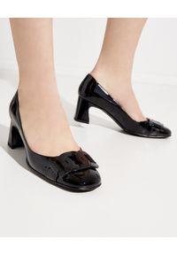 TOD'S - Czarne buty na obcasie. Nosek buta: okrągły. Kolor: czarny. Materiał: lakier, guma. Wzór: geometria, aplikacja. Obcas: na obcasie. Styl: klasyczny, elegancki. Wysokość obcasa: średni