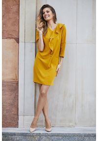 e-margeritka - Elegancka sukienka o prostym fasonie musztardowa - 40. Okazja: do pracy, na randkę, na spotkanie biznesowe. Kolor: żółty. Materiał: wiskoza, materiał, elastan. Wzór: aplikacja. Sezon: jesień, zima. Typ sukienki: proste. Styl: elegancki