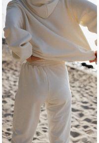 Marsala - Spodnie dresowe typu jogger w kolorze CLOUD WHITE - DISPLAY BY MARSALA. Stan: podwyższony. Materiał: dresówka. Styl: klasyczny, elegancki
