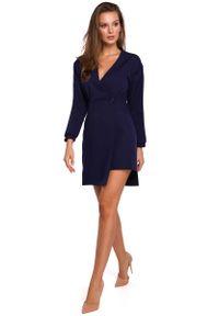 MAKEOVER - Atramentowa Asymetryczna Sukienka Kopertowa. Kolor: niebieski. Materiał: poliester, elastan. Typ sukienki: asymetryczne, kopertowe