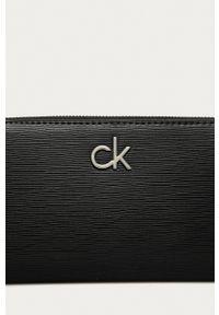 Calvin Klein - Portfel. Kolor: czarny. Materiał: materiał. Wzór: gładki