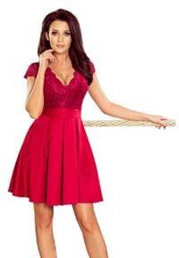 Numoco - Wieczorowa Rozkloszowana Sukienka z Koronką - Bordowa. Kolor: czerwony. Materiał: koronka. Wzór: koronka. Styl: wizytowy