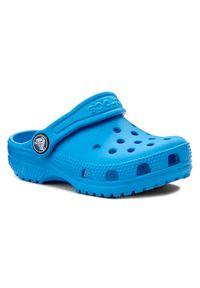 Niebieskie klapki Crocs w kolorowe wzory