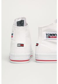 Białe tenisówki Tommy Jeans na obcasie, na średnim obcasie, z cholewką