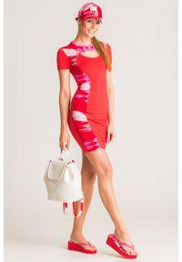Czerwona sukienka Versace Jeans z okrągłym kołnierzem, z aplikacjami, mini