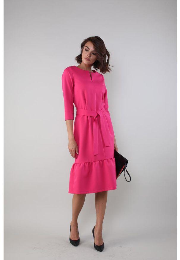 Różowa sukienka wizytowa Nommo w kwiaty, prosta