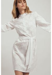 Nife - Bawełniana biała haftowana sukienka w kwiaty z falbaną. Typ kołnierza: kołnierzyk stójkowy. Kolor: biały. Materiał: bawełna. Wzór: haft, kwiaty. Typ sukienki: koszulowe. Styl: elegancki