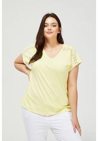 MOODO - T-shirt z ażurowym zdobieniem. Typ kołnierza: dekolt w serek. Materiał: bawełna, koronka, elastan. Długość rękawa: krótki rękaw. Długość: krótkie. Wzór: ażurowy, aplikacja. Styl: klasyczny