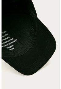 Czarna czapka z daszkiem Desigual