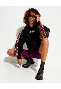 Versace Jeans Couture - VERSACE JEANS COUTURE - Czarna bluza z kapturem o krótkim kroju. Typ kołnierza: kaptur. Kolor: czerwony. Materiał: materiał. Długość rękawa: długi rękaw. Długość: krótkie. Wzór: aplikacja, nadruk