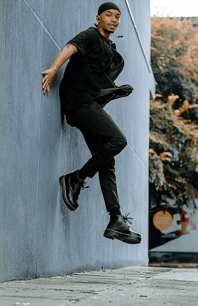 mężczyzna ubrany na czarno w glanach.jpeg