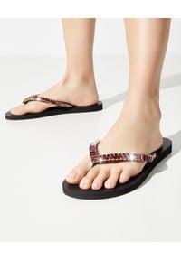 MYSTIQUE SHOES - Japonki z różowymi kryształami. Okazja: na plażę. Kolor: czarny. Materiał: guma. Wzór: paski, aplikacja. Szerokość buta: średnie