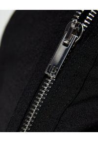 Les Hommes - LES HOMMES - Czarne spodnie cargo z dużymi kieszeniami. Kolor: czarny. Materiał: bawełna. Styl: klasyczny, elegancki