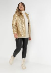 Born2be - Złota Kurtka Lizei. Kolekcja: plus size. Kolor: złoty. Materiał: tkanina, jeans. Wzór: aplikacja
