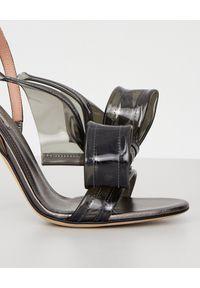 MARCO DE VINCENZO - Szare sandały z kokardą. Zapięcie: pasek. Kolor: szary. Materiał: materiał. Obcas: na obcasie. Styl: wizytowy. Wysokość obcasa: wysoki