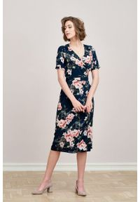 Marie Zélie - Sukienka Irmina Savona. Materiał: wiskoza, materiał, tkanina, skóra, poliester. Długość rękawa: krótki rękaw. Wzór: napisy. Typ sukienki: proste, kopertowe