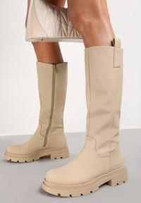 Renee - Beżowe Kozaki Dynina. Wysokość cholewki: przed kolano. Nosek buta: okrągły. Zapięcie: zamek. Kolor: beżowy. Materiał: skóra. Szerokość cholewki: normalna. Wzór: gładki, aplikacja