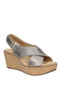 Clarks - sandały skórzane na koturnie clarks aisley tulip 26125079. Kolor: złoty. Materiał: skóra. Sezon: lato. Obcas: na koturnie