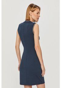 Tommy Jeans - Sukienka. Okazja: na co dzień. Kolor: niebieski. Wzór: aplikacja. Typ sukienki: proste. Styl: casual