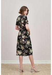 Marie Zélie - Sukienka Irmina Phoenix czarna. Kolor: czarny. Materiał: poliester, materiał, wiskoza, tkanina, skóra. Długość rękawa: krótki rękaw. Wzór: napisy. Typ sukienki: proste, kopertowe