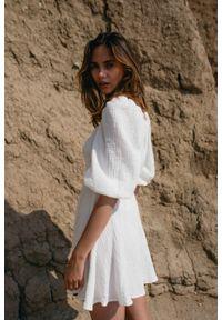 Marsala - Sukienka muślinowa z dekoltem na zakładkę ecru - SHY BY MARSALA. Materiał: bawełna. Sezon: lato. Typ sukienki: kopertowe