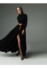 Madnezz - Sukienka Storm - czarna. Typ kołnierza: golf. Kolor: czarny. Materiał: bawełna, wiskoza, dzianina, elastan, tkanina, skóra. Wzór: aplikacja