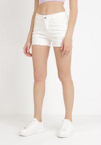 Born2be - Białe Szorty Leucanea. Kolor: biały