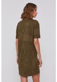 Desigual - Sukienka Naina. Okazja: na co dzień. Kolor: zielony. Materiał: bawełna, dzianina. Długość rękawa: krótki rękaw. Typ sukienki: proste. Styl: casual