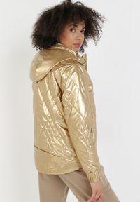 Born2be - Złota Kurtka Leucephia. Kolor: złoty. Materiał: tkanina, jeans. Długość rękawa: długi rękaw. Długość: długie. Wzór: aplikacja. Styl: sportowy