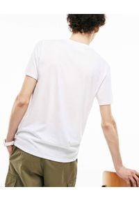 Lacoste - LACOSTE - Biały t-shirt z logo Regular Fit. Okazja: na co dzień. Kolor: biały. Materiał: bawełna, jeans. Styl: casual