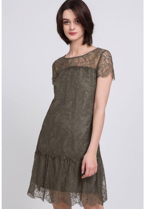 Zielona sukienka Monnari w koronkowe wzory, elegancka, z krótkim rękawem