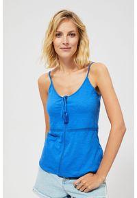 Niebieska bluzka MOODO na ramiączkach, z klasycznym kołnierzykiem, w ażurowe wzory, klasyczna