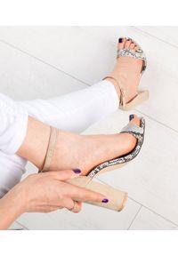 Beżowe sandały na słupku SIXTH SENS w kolorowe wzory, klasyczne