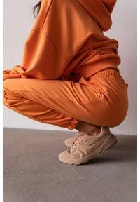 Marsala - Spodnie dresowe typu jogger w kolorze EXOTIC ORANGE - DISPLAY BY MARSALA. Stan: podwyższony. Materiał: dresówka. Styl: elegancki