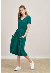 Marie Zélie - Sukienka Selma ciemnozielona mikromodal. Typ kołnierza: dekolt w serek. Kolor: zielony. Materiał: wiskoza, dzianina, elastan, włókno, skóra. Długość: midi