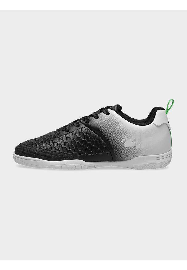 4f - Halowe buty piłkarskie chłopięce (32-39). Zapięcie: sznurówki. Kolor: czarny. Materiał: skóra, syntetyk, guma. Szerokość cholewki: normalna. Sport: piłka nożna