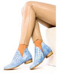 Maciejka - Niebieskie botki maciejka ażurowe polska skóra 05025-06/00-5. Kolor: niebieski. Materiał: skóra. Wzór: ażurowy