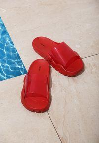 Renee - Czerwone Klapki Undoubted. Kolor: czerwony. Materiał: guma. Wzór: gładki