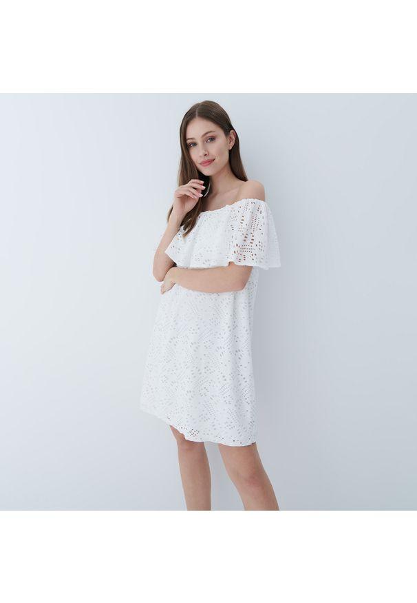 Mohito - Ażurowa sukienka hiszpanka - Biały. Typ kołnierza: dekolt hiszpanka. Kolor: biały. Wzór: ażurowy