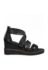 Czarne sandały Tamaris na koturnie, w paski