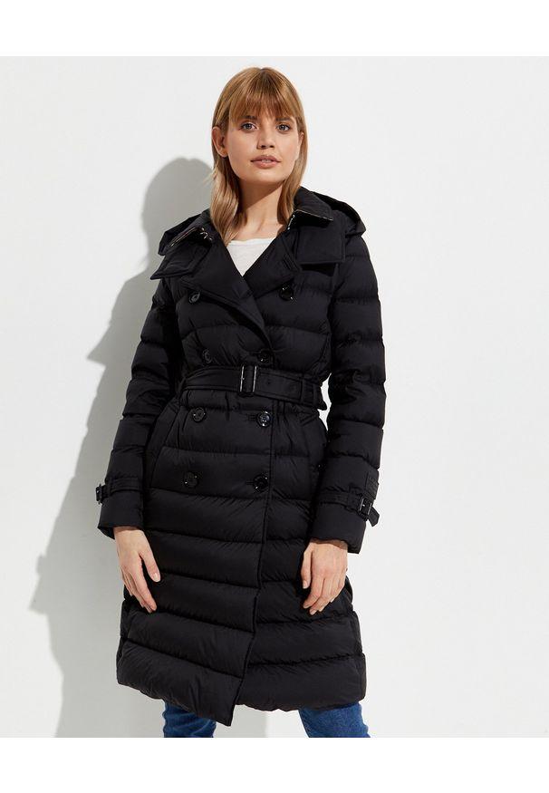 Burberry - BURBERRY - Czarny płaszcz puchowy. Kolor: czarny. Materiał: puch. Długość rękawa: długi rękaw. Długość: długie. Styl: klasyczny