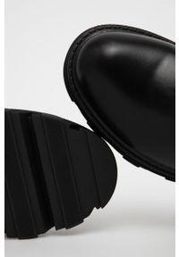Answear Lab - Kozaki. Nosek buta: okrągły. Kolor: czarny. Szerokość cholewki: normalna. Styl: wakacyjny